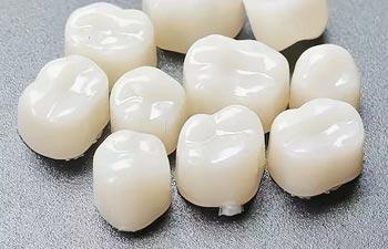 Протезирование зубов пластмассовыми коронками